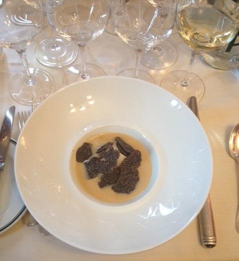 jaune d'oeuf coulant sous un tortelli_bouillon poulette_truffes noires